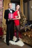 La famille heureuse célèbrent la nouvelle année et le Noël Image libre de droits