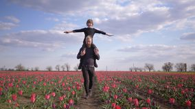 La famille heureuse d'Allemands, jeune mâle avec des bras de diffusion de garçon d'enfant à dégrossir se reposant sur des épaules banque de vidéos