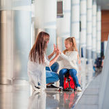 La famille heureuse dans l'aéroport ont l'embarquement de attente d'amusement Photos stock