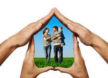 La famille heureuse dans les mains autoguident Photo libre de droits