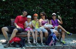 La famille heureuse de cinq personnes mangent des sandwichs Image stock
