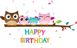La famille heureuse de hibou célèbrent l'anniversaire Images stock