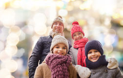 La famille heureuse en hiver vêtx dehors Photographie stock