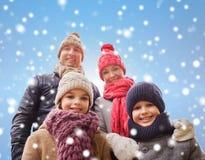 La famille heureuse en hiver vêtx dehors Photos libres de droits