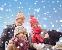 La famille heureuse en hiver vêtx dehors Photo libre de droits