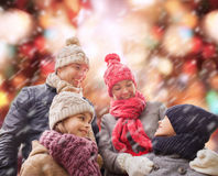 La famille heureuse en hiver vêtx dehors Image libre de droits