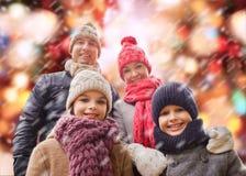 La famille heureuse en hiver vêtx dehors Images stock