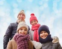 La famille heureuse en hiver vêtx dehors Images libres de droits
