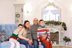 La famille heureuse et gaie dans l'humeur de fête ont l'amusement et rient le pouvoir adiathermique Photographie stock libre de droits
