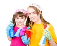 La famille heureuse font le nettoyage D'isolement sur le fond blanc images stock