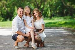 La famille heureuse passe ensemble le week-end Photos stock