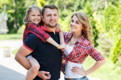 La famille heureuse passe ensemble le week-end Images libres de droits