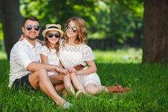 La famille heureuse passe ensemble le week-end Photo stock