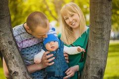La famille heureuse plaing en parc Photos stock