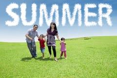 La famille insouciante apprécient le temps libre au parc Photos libres de droits