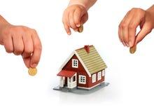 La famille investissent dans les immobiliers. Images stock