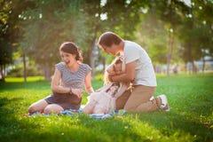 La famille jette des pommes Image libre de droits