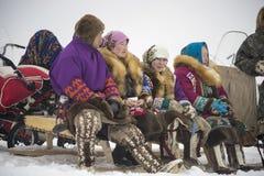 La famille Khanty s'asseyent sur des traîneaux images libres de droits