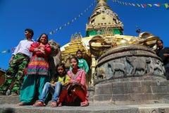 La famille locale dans le swayambhunath, Katmandou, Népal photos stock