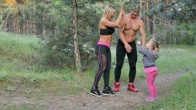 La famille marche en parc de pin banque de vidéos