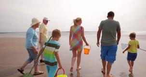 La famille marche sur la plage clips vidéos