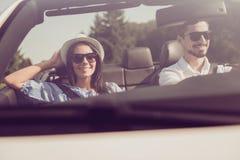 La famille mariée, amitié, voyage, détendent, refroidissent, échappent, expédient au ri Images stock