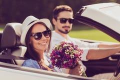 La famille mariée, amitié, voyage, détendent, refroidissent, échappent, expédient au ri Photographie stock libre de droits