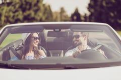 La famille mariée, amitié, voyage, détendent, refroidissent, échappent, expédient au ri Images libres de droits