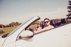 La famille mariée, amitié, voyage, détendent, refroidissent, échappent, expédient au ri Photo stock