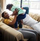 La famille noire apprécient le bonheur précieux de temps ensemble Image libre de droits