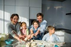 La famille nombreuse prépare quelque chose de pâte Images libres de droits