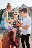 La famille passant le temps ensemble au centre de la ville ont plaisir à manger la crème glacée un jour d'été Images libres de droits