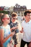 La famille passant le temps ensemble au centre de la ville ont plaisir à manger la crème glacée un jour d'été Photographie stock