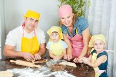 La famille prépare Images libres de droits