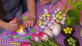 La famille prépare des oeufs de décoration de Pâques banque de vidéos
