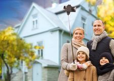 La famille prend le selfie d'automne par le téléphone portable au-dessus de la maison photos stock