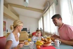 La famille prennent le petit déjeuner sain à la maison Images libres de droits