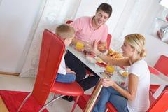 La famille prennent le petit déjeuner sain à la maison Photos libres de droits