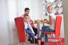 La famille prennent le petit déjeuner sain à la maison Photo stock