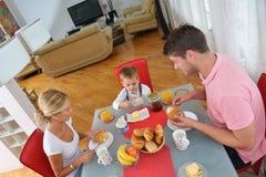 La famille prennent le petit déjeuner sain à la maison Image libre de droits