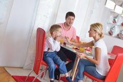 La famille prennent le petit déjeuner sain à la maison Photos stock