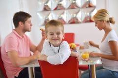 La famille prennent le petit déjeuner sain à la maison Photographie stock