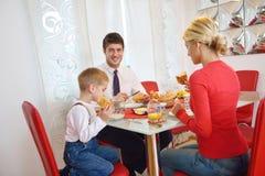 La famille prennent le petit déjeuner sain à la maison Image stock