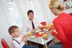 La famille prennent le petit déjeuner sain à la maison Photo libre de droits