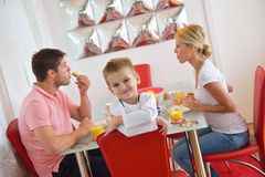 La famille prennent le petit déjeuner sain à la maison Photographie stock libre de droits