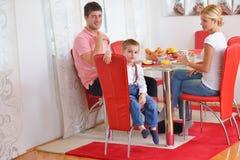 La famille prennent le petit déjeuner sain à la maison Images stock