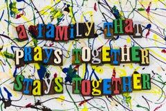 La famille prie reste ensemble des relations Photos libres de droits