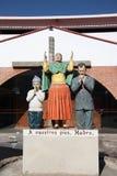 La famille prient la statue Images libres de droits