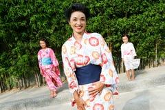 La famille a rectifié dans le kimono. photos libres de droits