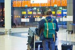La famille recule à l'aéroport Images libres de droits